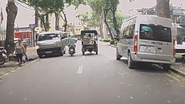 Mở cửa bất cẩn, lái xe ô tô hạ gục xe máy