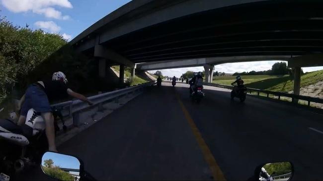 Biker lao thẳng vào dải ta-luy bị khuất bóng dưới gầm cầu vượt