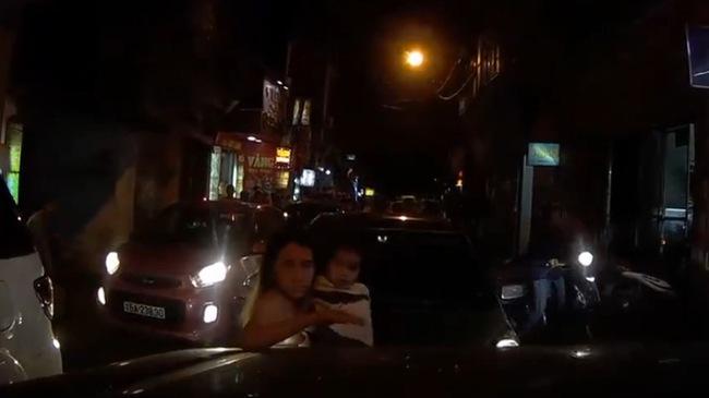 """Hà Nội: """"Cạn lời"""" trước màn cãi tay đôi của người phụ nữ ngồi trên xe chạy lấn làn"""