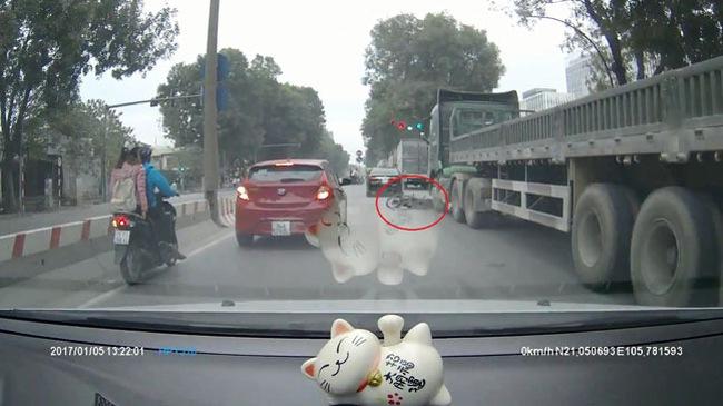 Rùng mình với video cô gái đi xe máy bị xe container cuốn vào gầm tại Hà Nội