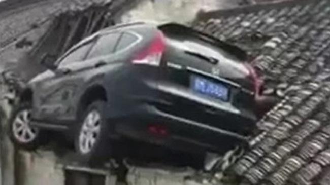 Tránh xe ba bánh, Honda CR-V lao thẳng lên nóc nhà bên đường