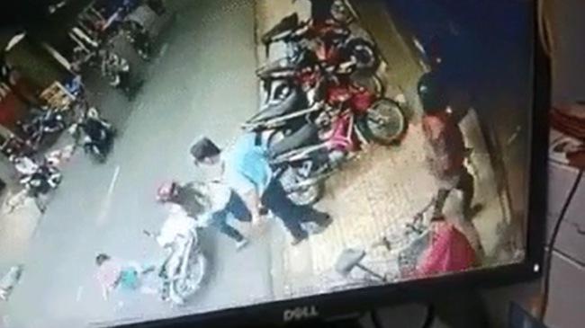 Hà Nội: Mẹ bất cẩn để con ngã xuống đường, bị xe máy đâm bất tỉnh
