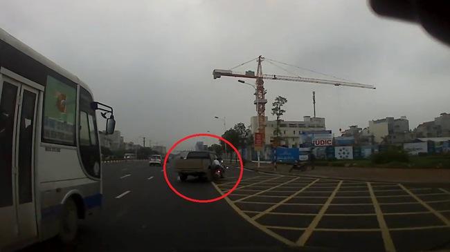 Video xe máy vượt đèn đỏ, phóng nhanh, đâm vào sườn xe bán tải