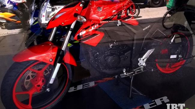 Xe côn tay Suzuki Gixxer 2017 với vành hợp kim 2 màu xuất hiện tại đại lý