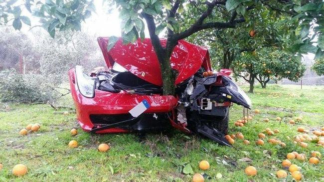 Siêu xe Ferrari 458 Italia đi thuê vỡ toác đầu vì đâm vào gốc cây cam