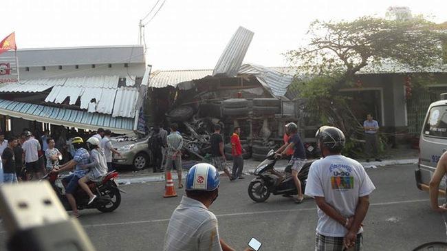 Video khoảnh khắc xe trộn bê tông lao vào quán ăn với tốc độ cao ở Vũng Tàu
