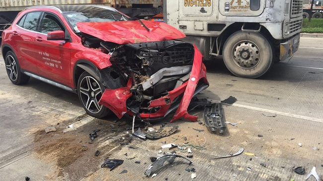 Sài Gòn: Húc đuôi ô tô tải đang chờ đèn đỏ, Mercedes-Benz GLA của đại lý nát đầu