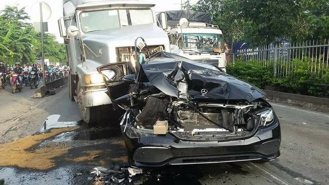 Sài Gòn: Dừng đèn đỏ, Mercedes-Benz E-Class 2017 bị xe container đâm bẹp dúm