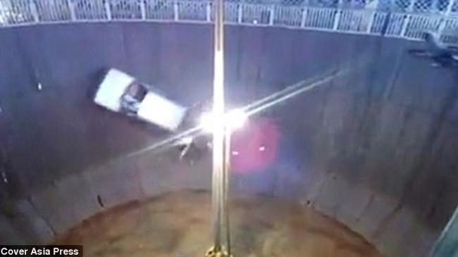 Ô tô rơi xuống khi đang biểu diễn trong Well of Death, đè chết một thanh niên