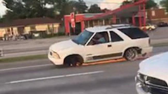 Choáng với xe SUV chạy băng băng trên đường dù mất bánh trước và lốp sau