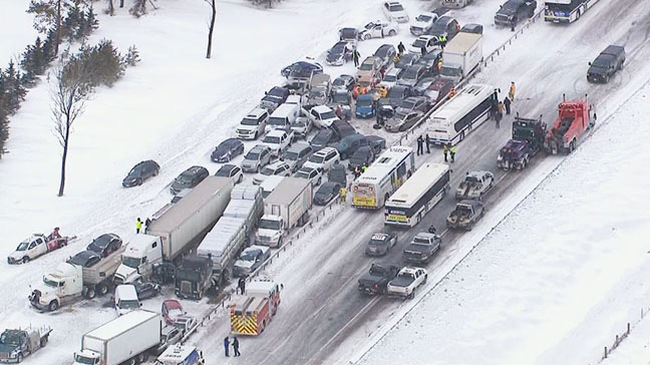 Khoảnh khắc gần 100 chiếc ô tô đâm nhau liên hoàn trên cao tốc