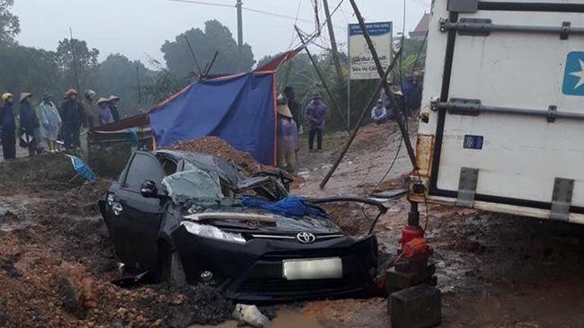 Phú Thọ: Toyota Vios bị xe container đè bẹp dúm, 3 người thương vong