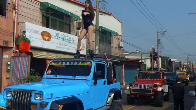 Đoàn xe Jeep với 50 vũ công múa cột trên nóc trong đám tang một quan chức gây sốc