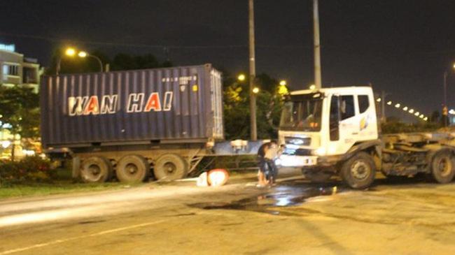 Xe container lạc tay lái ở Sài Gòn, nhiều người thoát chết trong gang tấc
