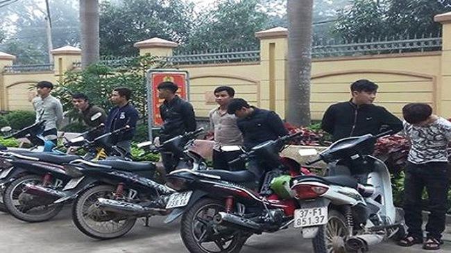 Nghệ An: Triệu tập 8 thanh niên lạng lách, đi xe máy bằng chân gây náo loạn Quốc lộ 1A
