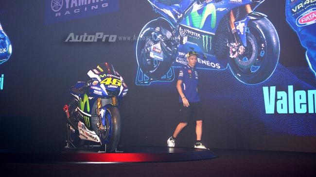 Lần đầu đến Việt Nam, Valentino Rossi thích thú với nhiều xe máy lưu thông trên đường