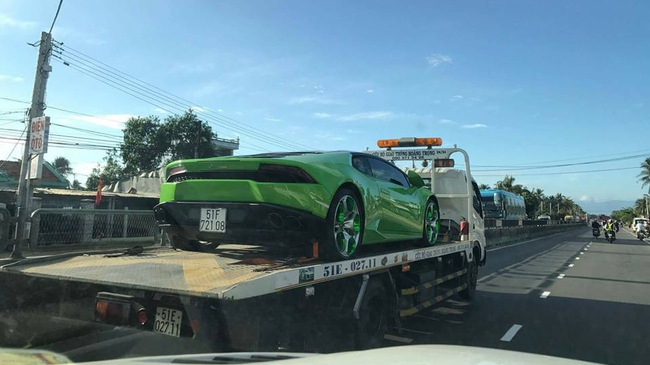 """Lamborghini Huracan từng """"phượt"""" ra Huế và Quảng Bình bị bắt gặp trên xe cứu hộ"""