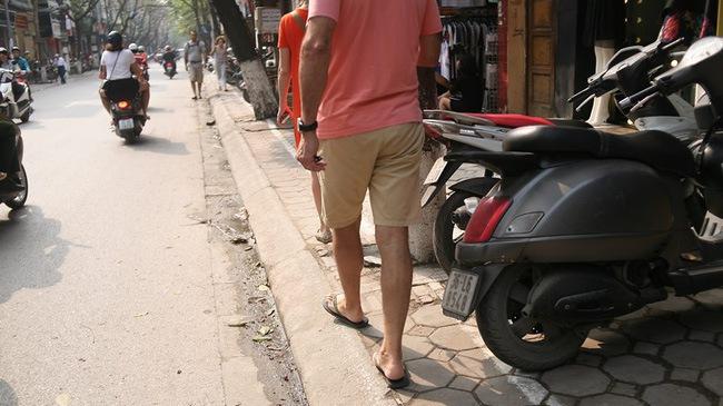 Chùm ảnh: Kẻ vạch phân cách, vỉa hè dành cho người đi bộ ở Hà Nội chỉ còn... 30cm