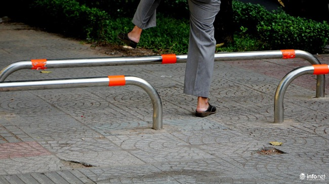 TP.HCM sẽ thay đổi cách lắp barie trên vỉa hè để ngăn xe máy