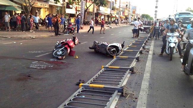 Lái xe ôm tử vong sau khi tông xe máy ngã trên đường