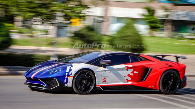 """Minh """"Nhựa"""" chia sẻ video Cường """"Đô-la"""" cầm lái siêu xe Lamborghini Aventador SV"""