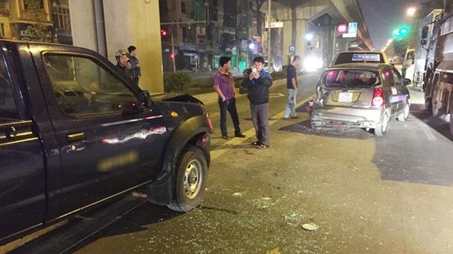 Xe biển xanh tông taxi, 3 người nhập viện