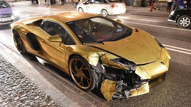 """Siêu xe Lamborghini Aventador """"mạ vàng"""" bị tông nát đầu tại ngã tư"""