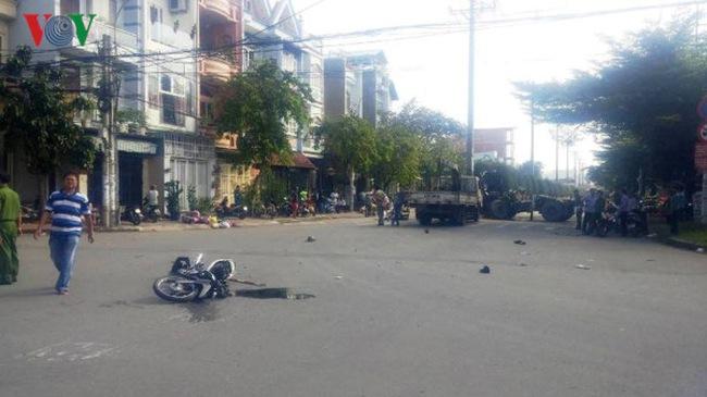 Video vụ tai nạn kinh hoàng giữa xe container và xe máy khiến 3 người thương vong tại Sài Gòn