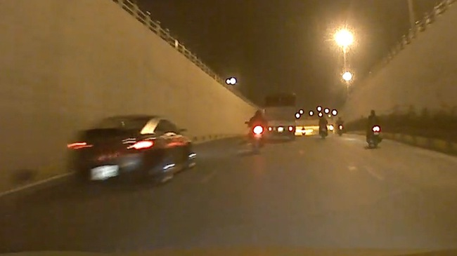 Vượt ẩu trong hầm, xe phân khối lớn va chạm cùng ô tô
