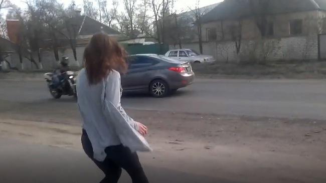 Cô gái nhảy sexy khiến ô tô lao đầu vào mô tô phân khối lớn