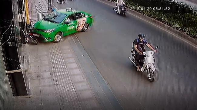 Xem khoảnh khắc taxi Mai Linh lao lên vỉa hè, chặn đối tượng cướp giật túi xách tại Sài Gòn