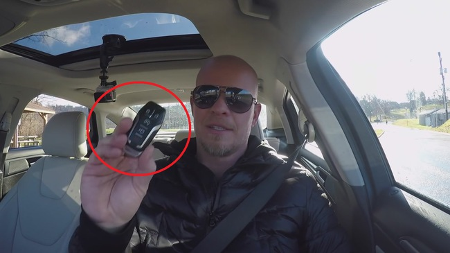 Điều gì xảy ra khi bạn ném chìa khóa thông minh ra ngoài lúc xe đang chạy?