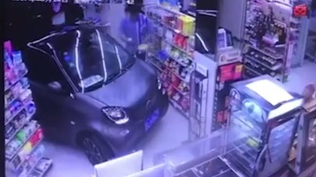 Tài xế Trung Quốc lái Smart Fortwo vào tận cửa hàng để mua sữa chua