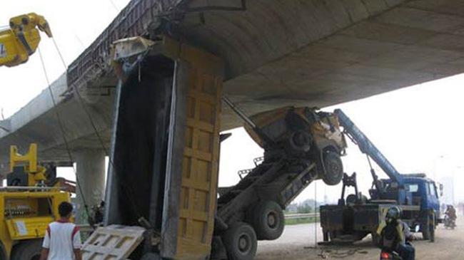 Vụ tai nạn hy hữu dưới gầm cầu vượt