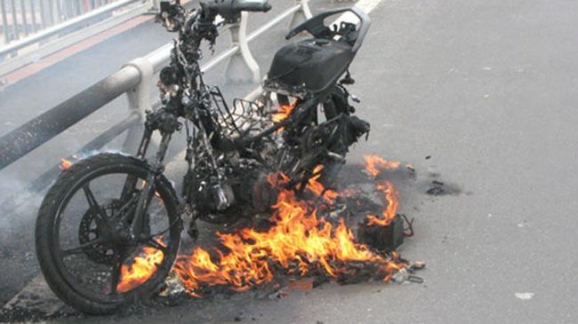 Đang chạy, xe Sirius bất ngờ cháy thành tro