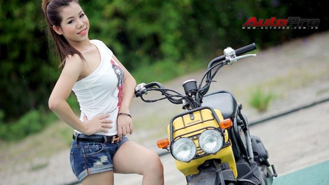Thiếu nữ khỏe khoắn và trẻ trung bên Honda Zoomer