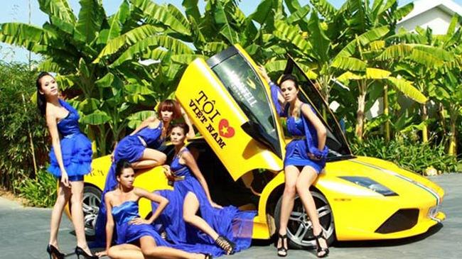 Dàn chân dài vây quanh siêu xe tại Đà Nẵng
