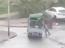 Dùng tay đỡ xe tải trước bão Hato, người đàn ông bị xe lật nghiêng đè lên người