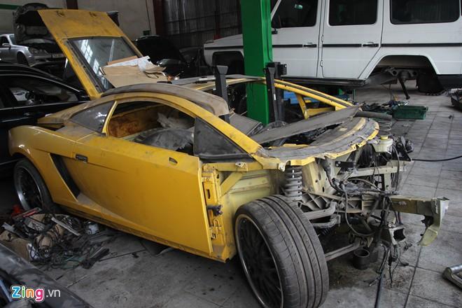 Tại một xưởng sửa chữa ôtô tư nhân ở Hà Nội, hai chiếc siêu xe Lamborghini Gallardo cùng màu vàng được đặt gần nhau.
