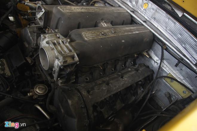 Khoang máy phía sau cũng bị can thiệp, lấy đi các chi tiết có thể thay thế để sửa chữa cho chiếc Gallardo bị hỏng máy ở bên cạnh.