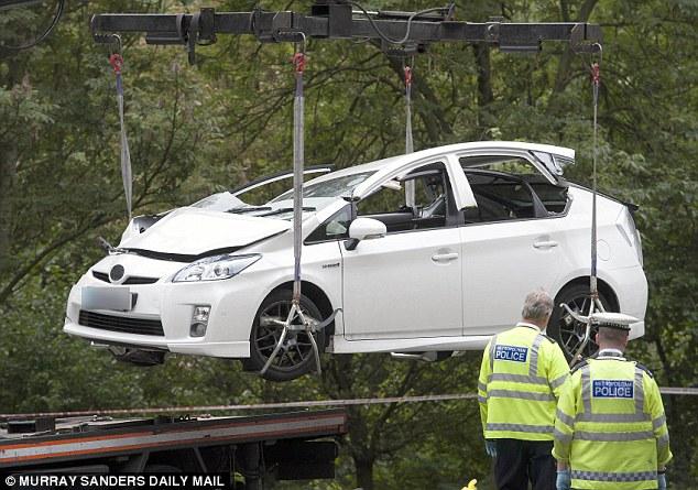 Chiếc Toyota Prius gặp nạn được đưa ra khỏi hiện trường.