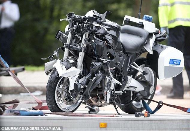 Chiếc môtô chuyên dụng của cảnh sát bị nát bét đầu xe.