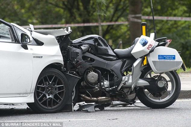 Đầu môtô bị mắc kẹt vào chiếc Toyota Prius màu trắng.