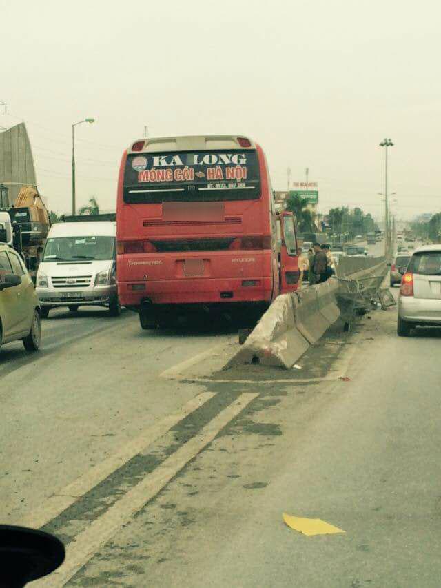 Video khoảnh khắc xe khách leo dải phân cách trên cao tốc Thăng Long - Nội Bài - Ảnh 2.