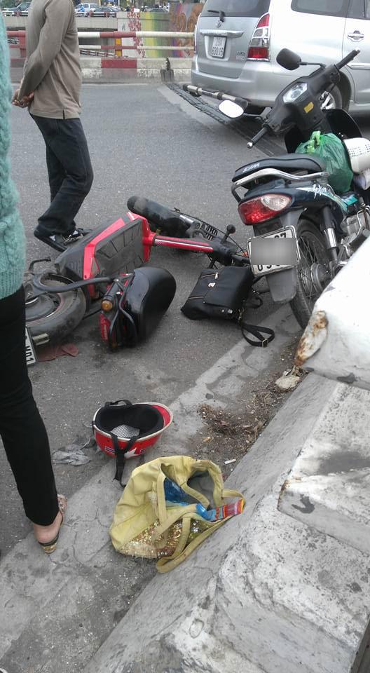 Va chạm với xe đạp điện, người đàn ông đi xe máy rơi từ cầu Chương Dương xuống đất - Ảnh 1.