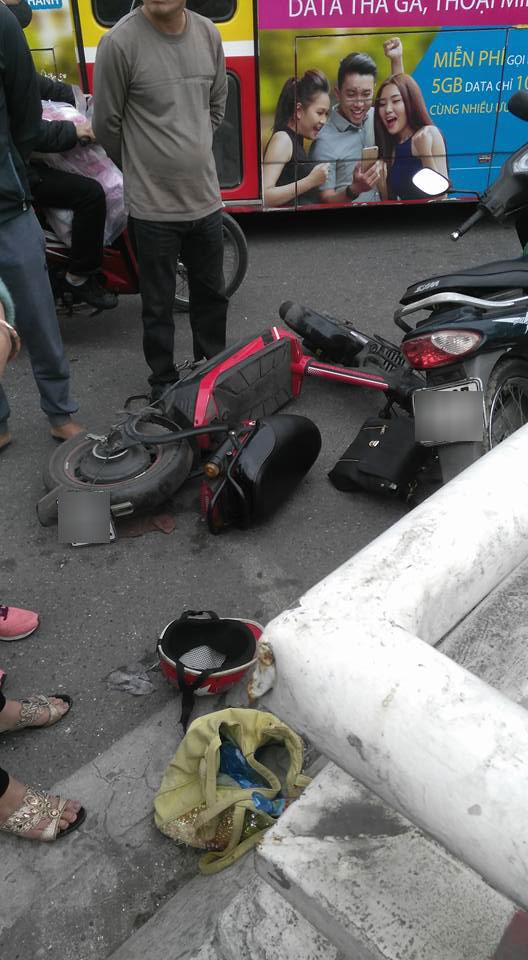 Va chạm với xe đạp điện, người đàn ông đi xe máy rơi từ cầu Chương Dương xuống đất - Ảnh 4.