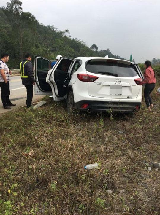 Mazda CX-5 đâm xuyên ta-luy trên cao tốc Nội Bài - Lào Cai, nữ tài xế gãy chân - Ảnh 1.