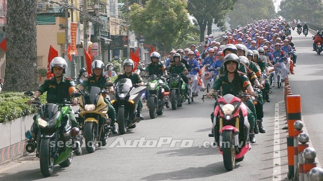 Trước đó, chiếc naked bike, Honda CB1000R cũng được cô gái này khoác lên mình bộ áo Hello Kitty và từng khá nổi tiếng khi cùng Thanh Tú dẫn đoàn mô tô khủng tham dự sự kiện đám cưới tập thể của 100 cặp đôi tại Sài Thành diễn ra vào quốc khánh Việt Nam 2/9 năm ngoái.