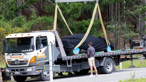 Nhân viên McLaren đã nhanh chóng đưa chiếc F1 lên xe cứu hộ.