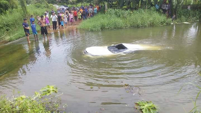 Chiếc Toyota Fortuner 2016 khác chìm nghỉm dưới nước. Ảnh: Otofun